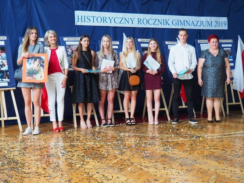 Grupa uczniów wraz z nauczycielami