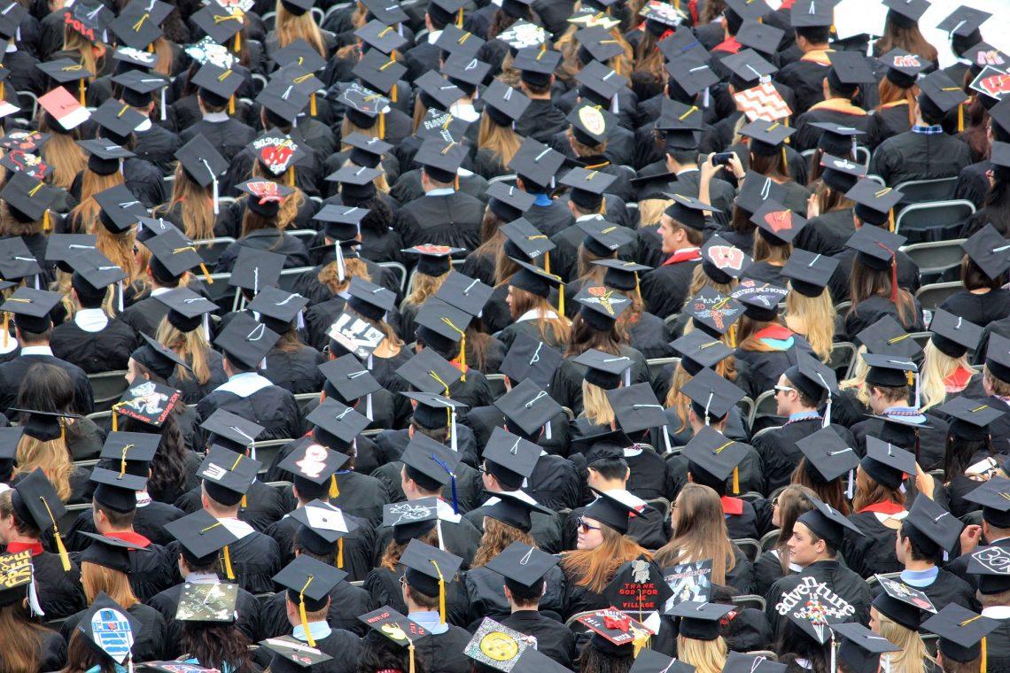 Grupa studentów ubranych w togi